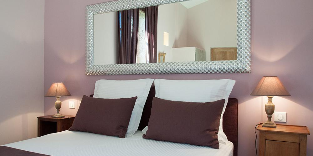 la chambre mauve du domaine de naz re. Black Bedroom Furniture Sets. Home Design Ideas